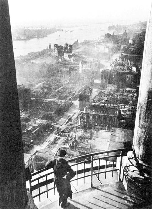 从圣·米歇尔教堂俯瞰汉堡的易北河岸,码头栈桥和老海洋观测所废墟。.jpg