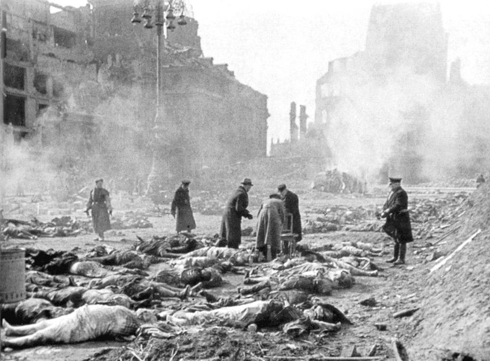 人们在德累斯顿的街道上焚烧死难者的尸体。.jpg